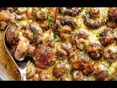 Creamy Garlic Mushrooms in a mouthwatering parmesan sauce with crispy bacon pieces and mozzarella cheese! Low carb and Keto approved! Keto Mushrooms, Creamy Garlic Mushrooms, Creamy Mushroom Sauce, Bacon Stuffed Mushrooms, Stuffed Peppers, Mushroom Gravy, Garlic Chicken, Mushroom Chicken, Glazed Chicken