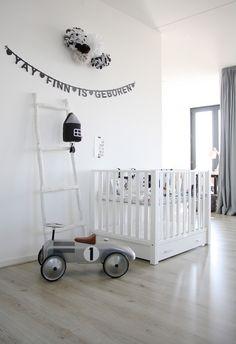 décoration chambre d'enfant bébé blanc et touches de noir, décoration graphique