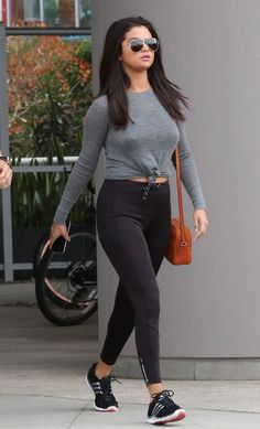 Selena Gomez headed to the gym in LA this week, wearing sexy skintight leggings! Despite her battle with bodyshamers, Selena isn't slowing down with her classy, curve hugging outfits. Selena Gomez Fashion, Selena Gomez Outfits, Style Selena Gomez, Selena Gomez Fotos, Selena Gomez Weight, Selena Gomez Body, Streetwear Mode, Streetwear Fashion, Vintage Outfits