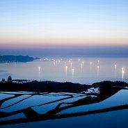 東後畑棚田(ひがしうしろばたたなだ)「日本の棚田100選」  日本海を眼下にした優美な景観は美しく、特に5~6月の漁り火と水田の調和は素晴らしいものがあります。  所在地:〒759-4711 山口県長門市油谷東後畑