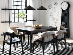Tavolo allungabile TRANETORP nero per 4-6 persone con sedie ESBJÖRN nere con fodera