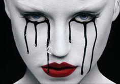 mac-candy-brooke delineado preto, batom vermelho, rosto pintado de branco