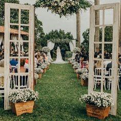 Inspiração para cerimônia maravilhosa! Não é porque você vai se casar ao ar livre que não terá uma porta de entrada para a cerimônia, certo?!! Inspiração do ig @casamentoaoarlivre_ . . . #weddingphoto #weddingday #casamentonocampo #casamentorustico #doidapracasar #decoracaodecasamento #miniwedding #bride #casamentodossonhos #casamentovintage #wedding http://gelinshop.com/ipost/1520348851880660944/?code=BUZXTnDBQ_Q