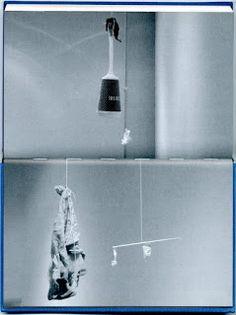 """The Weight of The sun, 2003, schéma d'ensemble et photos de détails, technique mixte, dimensions variables, vue de l'exposition """"Gabriel Orozco, The Weight of the Sun"""", Dublin, The Douglas Hyde Gallery, Trinity College. L'artiste a collecté tout un tas d'objets et de rebuts trouvés dans la galerie même, dont un balai qu'il a accroché aux rampes d'éclairage du plafond puis qu'il a équilibré, grâce aux autres objets suspendus eux aussi grâce à des ficelles en coton ; le tout forme un système…"""
