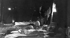Henning Olsen, 72, København.  Sommeren 1974 var familien - mor, far og vores to børn - på ø-lejr på Lyø, hvor vi overnattede i store civilforsvarstelte med 30-40 personer i hvert telt, gjorde grænseoverskridende morgentoilette på tværs af køn og gik halv- eller undertiden helnøgne rundt (1974).
