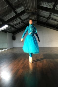 This inspiring teen wants to break barriers as the first professional dancer to don a hijab. Abaya Fashion, Modest Fashion, Unique Fashion, Kalash, Muslim Images, Sports Hijab, Islam Women, Professional Dancers, Islamic Fashion