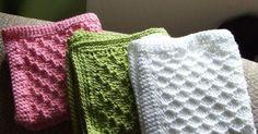 Her er mine første strikkede vaskekluter. De er strikket i Tuva-garnet, og har en heklet kant av fastmasker i 3 rader. Oppskrift på vaskeklu... Dishcloth Knitting Patterns, Crochet Dishcloths, Knitting Stitches, Knit Crochet, Crochet Patterns, Knitted Washcloths, Knitted Bags, Knitted Blankets, Sewing Hacks