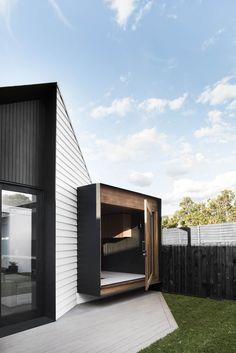 Developed by Melbourne-based architecture and design firm Figr, the Datum House is a unique family home with a clever design that integrates smoothly into its neighbourhood. The modern dwelling has ample sunlight, ventilation, and views to the grassy Design Exterior, Interior And Exterior, Architecture Photo, Residential Architecture, Architecture Awards, Victorian Architecture, Casa Patio, Exterior Cladding, Courtyard House