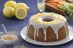 La torta alle carote e limoncello è una rivisitazione della versione classica. Decoratela con una glassa al limoncello e scorze di limone candite!