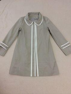 ハンドメイドのコートです。素材の布は、コットンとポリエステルだったかと思います。フロントボタンポケットは左右にひとつずつ、内ポケットひとつ合計3つ平置きの状態... ハンドメイド、手作り、手仕事品の通販・販売・購入ならCreema。