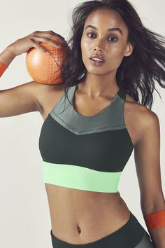 Keep it locked in with our mixed media high-support sports bra, built with molded cups, moisture-control fabric and mesh panels to give the girls some air. High Support Sports Bra, Support Bra, Jogging, Nike Air, Gymnastics Outfits, Fitness Photoshoot, Posing Guide, Athletic Models, Sporty Style