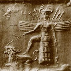 """Inanna, dea sumera. La donna che schiaccia la belva è un'iconografia presente in tutte le successive """"religioni"""", fino alla carta dei Tarocchi 'La Forza' che incredibilmente è raffigurata proprio da una donna che con grazia e senza sforzo alcuno sottomette un leone."""