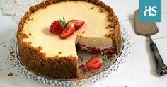 Lempeän ja pehmeän juustokakun pohjalla lymyää kerros kipakkaa hilloa.