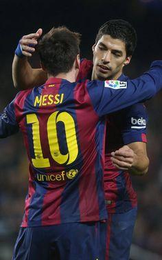 Messi agradace a Suárez la asistencia en el gol