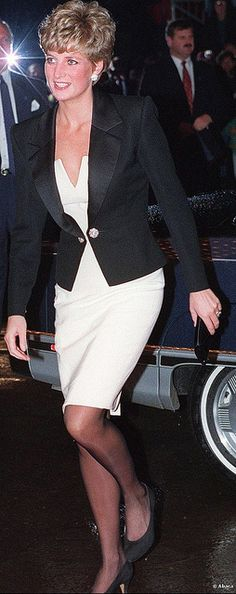 "October 1991 Charles & Diana at the Royal Alexandra Theatre in Toronto to see ""Les Miserables"" Princess Diana Family, Royal Princess, Prince And Princess, Princess Of Wales, Diana Fashion, Royal Fashion, Look Fashion, Kate Middleton, Lady Diana Spencer"