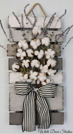 Terrific Farmhouse chic in an unexpected way. Faux lavender, rustic cotton stems and a rustic wood pallet Farmhouse Wall Decor, Farmhouse Chic, Rustic Wood, Rustic Decor, Sims 4, Rustic Wallpaper, Wall Decor Design, Rustic Centerpieces, Shabby Chic Decor