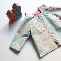 Patrones + Guía de Costura  Patrones e instrucciones completas para coser un abrigo o impermeable, de manga raglan y cuello semiplano o capucha. Puede coserse con tela impermeable en el exterior…