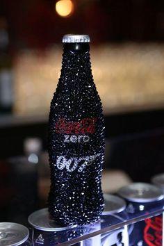 [Coke bottle 71] 스와로브스키 엘리먼츠로 장식된 코카-콜라 제로 병! 존재감 자체만으로 아우라가 느껴지는 코-크 제로 007 에디션에 스와로브스키의 고급스러움까지 더하니~ 완전 워너비 아이템!
