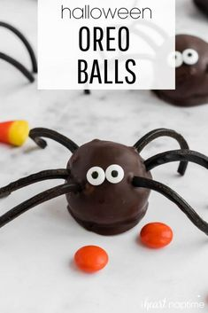 Your guests will love these spider Halloween Oreo balls. Easy to make and so fun to eat! #halloween #halloweenrecipes #halloweendesserts #halloweenparty #oreos #oreo #oreoballs #cookieballs #oreocookies #chocolate #chocolaterecipes #nobake #nobakedesserts #easydesserts #recipes #iheartnaptime Christmas Recipes Dinner Main Courses, Easy Thanksgiving Recipes, Holiday Meals, Holiday Recipes, Halloween Oreos, Halloween Desserts, Halloween Diy, Easy Desserts, Delicious Desserts