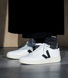 Veja sneaker in organic cotton, low chrome leather Veja Sneakers, Black Sneakers, Leather Sneakers, Fashion Mode, Look Fashion, Ethical Fashion, Fair Trade Schuhe, Outfit, Footwear