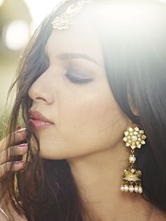 gold and pearl earrings and maang tikka