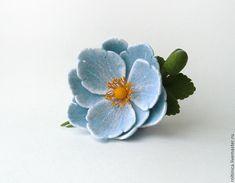 Войлочная брошь «Голубой цветок» - купить или заказать в интернет-магазине на Ярмарке Мастеров - 3EHF9RU. Набережные Челны | Нежно-голубой цветок с распускающимся бутоном.