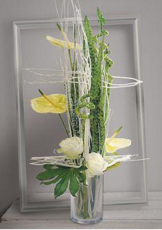 Idée de fleurs pour mariage : Anis, Création verte et blanche, de roses, anthuriums et branchages calés entre eux dans un vase