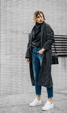Einfach Elegant | Fashion Blog from Germany. Dark grey sweater+straight high-rise denim+white sneakers+dark grey long coat+black shoulder bag. Winter Everyday Outfit 2017