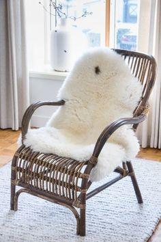 Deze prachtige rieten rotan fauteuil is helemaal hot op het moment! Prachtig te combineren in juist een moderne setting en of landelijk woonstijlen. Deze stoel is gemaakt van hout, en is afkomstig van het Nederlandse merk Light en Living.