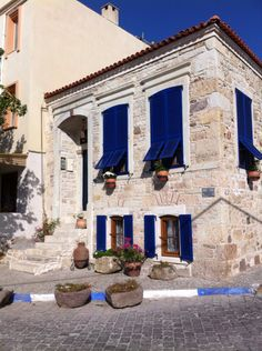 Eski foça - Travel tips - Travel tour - travel ideas Travel Tours, Travel Ideas, Cute House, Going On Holiday, Old Doors, Stone Houses, Next At Home, Historic Homes, Traditional House