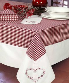 French Chalet : Neuchatel bordeaux What is Decoration? Decoration is the art of decorating the inner and exterior of the … Dining Table Cloth, Table Linens, Sewing Hacks, Sewing Projects, Tablerunners, Kitchen Linens, Mug Rugs, Table Toppers, Decoration Table