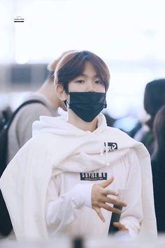 Baekhyun at Airport 💓 Baekhyun, Seventeen Lyrics, Exo Korean, Xiu Min, Boyfriend Goals, Exo Members, Kpop, Chanbaek, My Idol