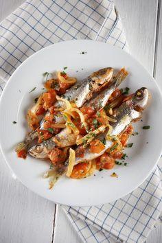 Γόπες πλακί στο τηγάνι! Greek Meze, Greek Fish, How To Cook Fish, Mediterranean Recipes, Greek Recipes, Fish And Seafood, Food Porn, Yummy Food, Meals