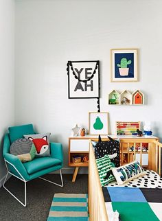 Kleurrijke moderne babykamer, supervrolijk door leuke kunst en bedrukte kussens, zoals die met het vosje ●  For a modern nursery, stock up on fun art works and printed pillows to cover your baby's room with.