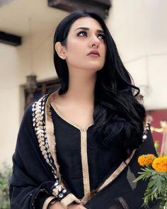 Sarah Khan Aiming right at you, right at you  @deewareshab @humtvpakistanofficial #gaitiara