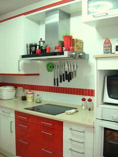 cocina blanca con una cenefa roja
