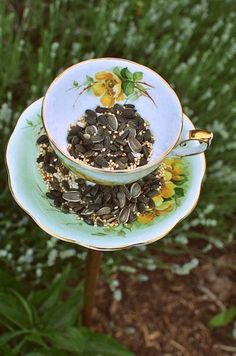 Homemade Bird Feeder From Vintage Teacups: DIY Wedding Favors & Gifts