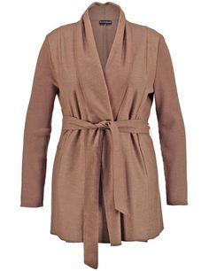 Perfect voor vrouwelijke, winterse looks! Dit lange vest gemaakt van elegante wollen mix is met gebreide rib mouwen zorgen voor modieuze looks. Het ho... Bekijk op http://www.grotematenwebshop.nl/product/vrouwelijke-cardigan-met-gordel-2/