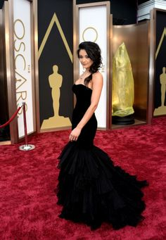 What is that on the bottom, a poodle?  Oscars 2014 Red Carpet: All The Dresses At The Academy Awards (PHOTOS, VIDEOS)
