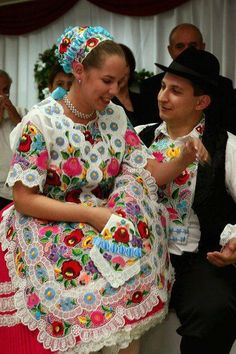Folk art of the Kalocsai Folklore, Folk Costume, Costumes, Popular, Art Populaire, Vintage Jewelry Crafts, Hungarian Embroidery, Budapest, Ethnic Outfits