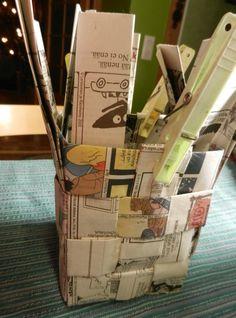 Punottu kori sanomalehdestä Kierrätä päivän lehti hyötykäyttöön - tee kori Maakuntalehden yhden päivän numerosta saa yhden korin. ... Korn, Jenga, Magazine Rack, Storage, Coffee Bags, Crafts, Home Decor, Life, Toilet Paper Crafts
