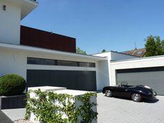 Dieses luxuriöse Einfamilienhaus punktet mit moderner Architektur und schickem Interieur, die scheinbar mühelos eine angenehme Wohnatmosphäre zaubern.
