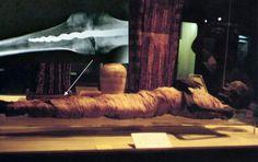 En 1971, el Museo Rosacruz de California adquirió un antiguo ataúd egipcio sellado que contenía la momia bien conservada de un hombre egipcio de alto estatus. Más de dos décadas despues, un equipo de