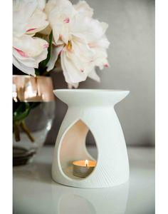 Brûle parfum en porcelaine blanche, strié. Modèle Tiksi.