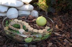 Natural Things é uma decoração da ArteNatis constituída por:  - Um recipiente circular em vidro;  - Várias peças cilíndricas em cortiça;  - Pot-pourri com tons de cor verde;  - Uma vela decorativa de cor verde;  - Um elemento decorativo em corda de sisal;  - Extratos de ramo de eucalipto natural.