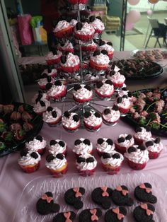 Minnie Mouse birthday party ideas. Minnie Mouse cupcakes. Minnie Mouse treats