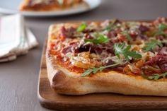 Découvrez cette recette de Pizza au canard et oignons confits expliquée par nos chefs