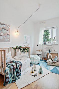 Chambre d'enfant, joli camaïeu de bleu, tapis graphique | kid's Bedroom, bleu monochrome, graphic rug