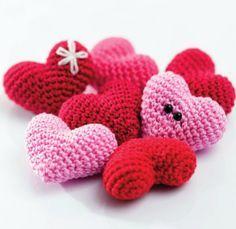 Gratis haakpatroon van schattige hartjes uit het nieuwe boek Amigurumi's in love door Tessa van Riet. Crochet Bib, Diy Crochet And Knitting, Crochet Motif, Loom Knitting, Crochet Toys, Amigurumi Patterns, Knitting Patterns, Crochet Patterns, Valentines Diy