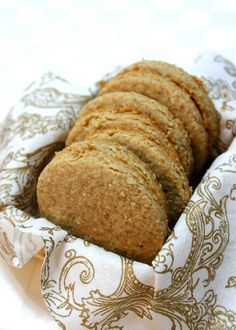Homemade digestive biscuits (Scroll down in the comments to find the American measurement conversion) Oat Biscuit Recipe, Biscuit Cookies, Homemade Biscuits Recipe, Tasty Cookies, Baking Cookies, English Biscuits, British Biscuits, Tea Biscuits, Digestive Cookies